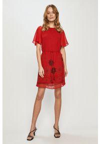 Czerwona sukienka Desigual prosta, z krótkim rękawem