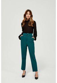 MOODO - Spodnie w kant zielone z wysokim stanem. Stan: podwyższony. Kolor: zielony. Materiał: poliester, elastan. Długość: długie. Wzór: gładki