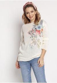 MKM - Lekki Sweter z Kwiatowym Nadrukiem - Ecru. Materiał: akryl. Wzór: nadruk, kwiaty