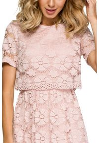 MOE - Koktajlowa wieczorowa koronkowa sukienka. Materiał: koronka. Wzór: kwiaty, koronka. Typ sukienki: rozkloszowane, dopasowane. Styl: wizytowy. Długość: midi