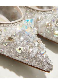 RENE CAOVILLA - Baleriny z kryształkami Cinderella. Nosek buta: okrągły. Kolor: szary. Materiał: koronka. Wzór: koronka, aplikacja. Obcas: na obcasie. Wysokość obcasa: średni #3