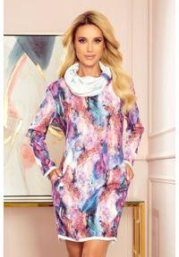 Numoco - Komfortowa sukienka we wzory z szerokim golfem. Typ kołnierza: golf. Materiał: dzianina, materiał