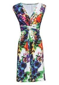 Sukienka letnia bonprix niebiesko-biały w kwiaty. Kolor: niebieski. Wzór: kwiaty. Sezon: lato