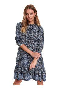 TOP SECRET - Printowana sukienka ze stójką. Typ kołnierza: kołnierzyk stójkowy. Kolor: niebieski. Sezon: zima