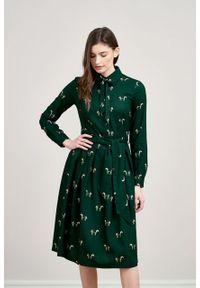 Marie Zélie - Sukienka Leandra Cavalos butelkowa zieleń. Typ kołnierza: kokarda. Materiał: bawełna, wiskoza, tkanina, materiał. Długość rękawa: długi rękaw