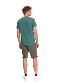 TOP SECRET - T-shirt strukturalny. Kolor: zielony. Materiał: bawełna, tkanina. Długość rękawa: krótki rękaw. Długość: krótkie. Sezon: lato. Styl: wakacyjny, klasyczny