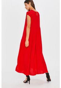 Czerwona sukienka Answear Lab maxi, bez rękawów, rozkloszowana