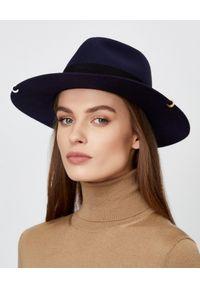 RUSLAN BAGINSKIY - Granatowy kapelusz z filcu. Kolor: niebieski. Wzór: aplikacja. Styl: elegancki, klasyczny, sportowy