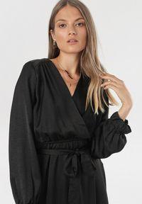 Born2be - Czarna Sukienka Mysdella. Okazja: na co dzień. Kolor: czarny. Długość rękawa: długi rękaw. Typ sukienki: kopertowe. Styl: casual. Długość: maxi