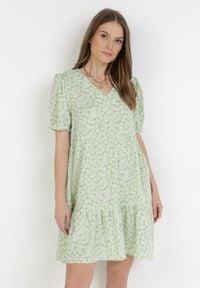 Born2be - Jasnozielona Sukienka Calilane. Okazja: na co dzień. Kolor: zielony. Długość rękawa: krótki rękaw. Wzór: kwiaty, aplikacja. Sezon: lato. Styl: casual. Długość: mini