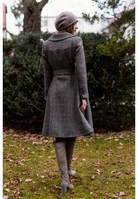 Marie Zélie - Płaszcz Achillea brązowo-granatowa jodełka z kratą – wełna Harris Tweed®. Kolor: brązowy, wielokolorowy, niebieski. Materiał: wełna. Wzór: jodełka
