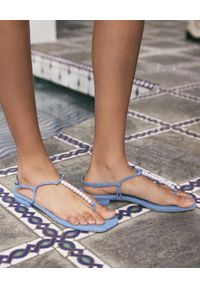 CULT GAIA - Niebieskie sandały Ari. Zapięcie: pasek. Kolor: niebieski. Materiał: denim. Wzór: aplikacja. Sezon: lato. Styl: klasyczny