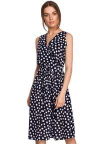 Style - Kopertowa sukienka midi w grochy z paskiem w talii granatowa. Kolor: niebieski. Wzór: grochy. Typ sukienki: kopertowe. Długość: midi