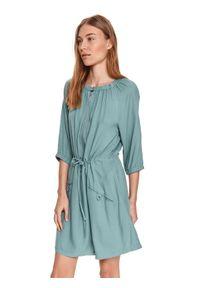 DRYWASH - Luźna sukienka z marszczeniami i wiązaniem w pasie. Kolor: zielony. Sezon: lato