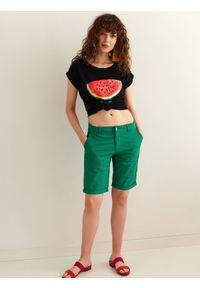 TOP SECRET - Tkaninowe szorty przed kolano. Okazja: na co dzień, do pracy. Kolor: zielony. Materiał: tkanina. Sezon: lato. Styl: casual, klasyczny