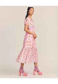 LOVE SHACK FANCY - Różowa sukienka Angie. Typ kołnierza: dekolt kwadratowy. Kolor: wielokolorowy, różowy, fioletowy. Materiał: bawełna, jeans. Wzór: nadruk, aplikacja, kwiaty. Sezon: lato. Długość: midi