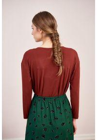 Marie Zélie - Bluzka Dioniza ceglasta. Okazja: na co dzień. Kolor: czerwony. Materiał: dzianina, materiał, wiskoza, elastan, tkanina. Długość rękawa: długi rękaw. Długość: długie. Wzór: nadruk. Sezon: zima, jesień. Styl: casual
