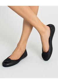 Tory Burch - TORY BURCH - Czarne baleriny Minnie Travel. Nosek buta: okrągły. Kolor: czarny. Wzór: gładki, aplikacja. Sezon: lato. Styl: klasyczny