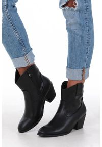 Casu - Czarne botki kowbojki na niskim obcasie casu da192x4/b. Kolor: czarny. Obcas: na obcasie. Wysokość obcasa: niski