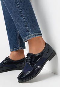 Born2be - Niebieskie Półbuty Rhodone. Wysokość cholewki: przed kostkę. Nosek buta: okrągły. Kolor: niebieski. Materiał: lakier, wełna. Szerokość cholewki: normalna. Obcas: na obcasie. Styl: klasyczny, elegancki. Wysokość obcasa: niski