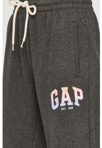 Szare spodnie dresowe GAP z nadrukiem