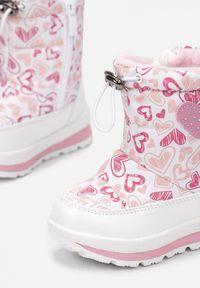 Born2be - Białe Śniegowce Telephasia. Wysokość cholewki: za kostkę. Nosek buta: okrągły. Zapięcie: zamek. Kolor: biały. Materiał: futro. Szerokość cholewki: normalna. Wzór: nadruk, aplikacja, kolorowy