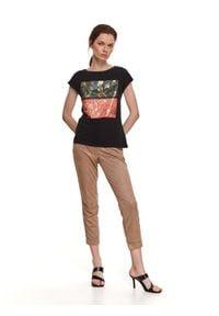 TOP SECRET - Luźny t-shirt z nadrukiem. Okazja: na co dzień. Kolor: czarny. Materiał: tkanina, bawełna. Długość rękawa: krótki rękaw. Długość: krótkie. Wzór: nadruk. Sezon: wiosna. Styl: casual