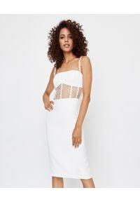 ICON - Dopasowana sukienka ecru Skin. Kolor: biały. Materiał: dzianina, materiał, koronka. Długość rękawa: na ramiączkach. Wzór: koronka. Typ sukienki: dopasowane. Długość: midi