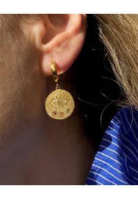 HERMINA ATHENS - Wiszące kolczyki Kressida Mini Huggie. Materiał: srebrne. Kolor: złoty. Wzór: kolorowy. Kamień szlachetny: cyrkonia