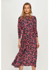 Guess - Sukienka. Okazja: na co dzień. Kolor: fioletowy. Materiał: tkanina. Długość rękawa: długi rękaw. Typ sukienki: proste. Styl: casual