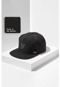 Czarna czapka z daszkiem z aplikacjami