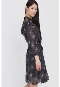 Czarna sukienka Answear Lab w grochy, mini, wakacyjna, prosta