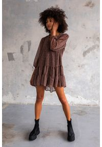 Sukienka szyfonowa z falbankami brązowo beżowa zwierzęcy print - FEMI by Marsala. Typ kołnierza: kołnierz z falbankami. Kolor: beżowy, brązowy, wielokolorowy. Materiał: szyfon. Wzór: motyw zwierzęcy, nadruk. Sezon: lato, jesień, wiosna, zima. Typ sukienki: oversize