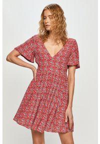 Pepe Jeans - Sukienka Carolina. Materiał: tkanina, dzianina. Długość rękawa: krótki rękaw