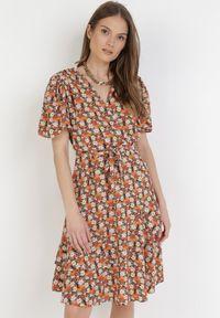 Born2be - Granatowo-Pomarańczowa Sukienka Cherithia. Kolor: niebieski. Materiał: tkanina, skóra. Długość rękawa: krótki rękaw. Wzór: kwiaty. Typ sukienki: kopertowe, rozkloszowane. Długość: mini
