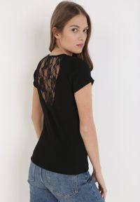 Born2be - Czarny T-shirt Saphophi. Okazja: na co dzień. Kolor: czarny. Materiał: jeans, dzianina, koronka. Długość rękawa: krótki rękaw. Długość: krótkie. Wzór: ażurowy, kwiaty, koronka, prążki. Styl: klasyczny, casual