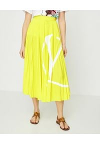 VALENTINO - Żółta plisowana spódnica VLogo. Stan: podwyższony. Kolor: żółty. Materiał: materiał. Wzór: aplikacja