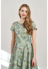 Marie Zélie - Sukienka Alana Ficiforma zielona krótki rękaw. Typ kołnierza: kokarda. Kolor: zielony. Materiał: bawełna. Długość rękawa: krótki rękaw. Styl: wizytowy, elegancki