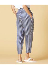 Manila Grace - MANILA GRACE - Spodnie w paski o luźnym kroju. Stan: podwyższony. Kolor: niebieski. Wzór: paski. Sezon: lato, wiosna