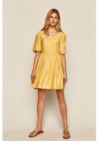 Żółta sukienka medicine z dekoltem karo, na co dzień