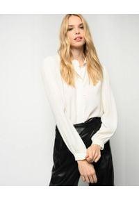 Pinko - PINKO - Biała koszula z falbanką Labile. Typ kołnierza: kołnierz z falbankami. Kolor: biały. Materiał: tkanina, jedwab, jeans. Długość rękawa: długi rękaw. Długość: długie. Styl: elegancki