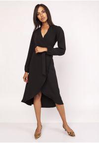 e-margeritka - Elegancka sukienka z przedłużanym tyłem czarna - 42. Kolor: czarny. Materiał: tkanina, poliester, materiał, elastan. Wzór: gładki. Sezon: jesień, zima. Typ sukienki: asymetryczne, kopertowe. Styl: elegancki. Długość: midi