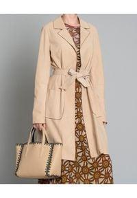 MALIPARMI - Zamszowy płaszcz. Kolor: beżowy. Materiał: zamsz. Styl: klasyczny