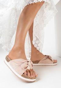 Born2be - Różowe Klapki Ashiphae. Nosek buta: otwarty. Kolor: różowy. Materiał: dresówka. Wzór: kwiaty, aplikacja. Obcas: na platformie