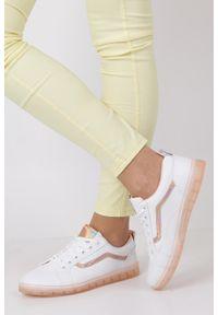 Casu - białe buty sportowe sznurowane z holograficzną wstawką i różową podeszwą casu 8-k693a. Kolor: biały, różowy, wielokolorowy. Materiał: skóra ekologiczna, materiał. Szerokość cholewki: normalna