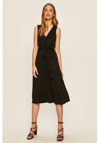 Czarna sukienka Answear Lab midi, na co dzień, bez rękawów, prosta