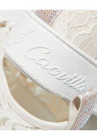RENE CAOVILLA - Kremowe sneakersy Lace z kryształami. Kolor: biały. Materiał: tkanina, guma, koronka. Wzór: napisy, aplikacja #6