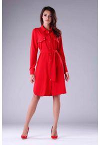 Czerwona sukienka wizytowa Nommo koszulowa, z koszulowym kołnierzykiem