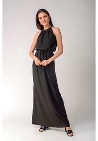 Nommo - Czarna Maxi Sukienka z Dekoltem Typu Halter. Typ kołnierza: dekolt halter. Kolor: czarny. Materiał: bawełna, wiskoza, elastan. Wzór: kwiaty. Długość: maxi