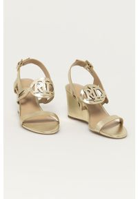 Złote sandały Lauren Ralph Lauren na średnim obcasie, na klamry, na koturnie
